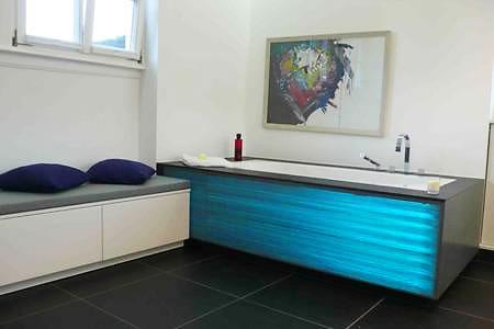 leuchtende beton badewanne. Black Bedroom Furniture Sets. Home Design Ideas