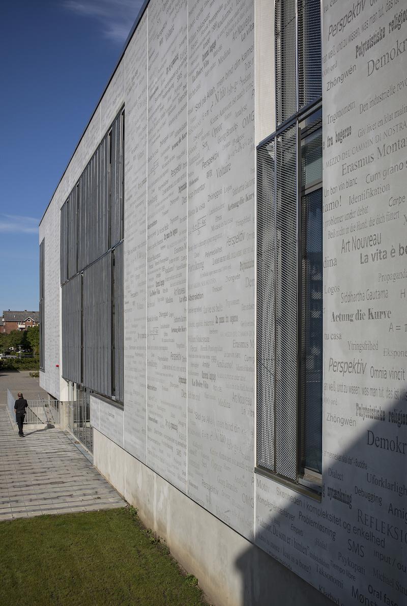 erweiterung des gymnasiums in r dkilde dk eine betonfassade von sch lern und lehrern. Black Bedroom Furniture Sets. Home Design Ideas