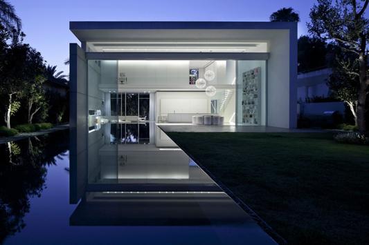 Wohnhaus in ramat hascharon strahlend wei e villa aus for Minimal housing
