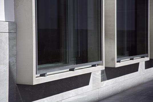 bankgeb ude in innsbruck a fensterrahmen aus beton objekte. Black Bedroom Furniture Sets. Home Design Ideas