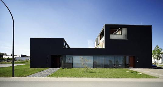 wohn und gesch ftshaus in weimar klarer betonkubus im gewerbegebiet objekte. Black Bedroom Furniture Sets. Home Design Ideas