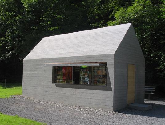 Sandgestrahlter Beton. Kiosk Am Staufensee Bei Dornbirn/A