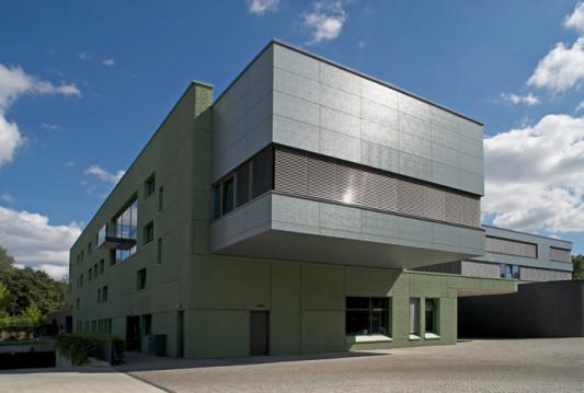 Deutsche botschaft in warschau pl reliefbeton strukturglas und naturstein objekte - Deutsche architektur ...