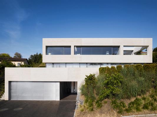 Wohnhaus in k snacht ch betonkubus auf glas objekte for Flachdachhaus mit garage