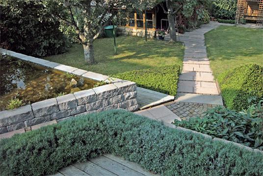 Gartenebenen mit architektonischem teich stuttgart weilimdorf atmosph rische gartengestaltung - Gartengestaltung mit mauern ...