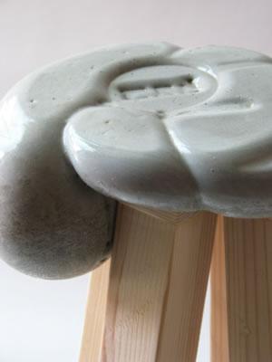 verspielter beton hochglanzpolierte schalen und st hle. Black Bedroom Furniture Sets. Home Design Ideas